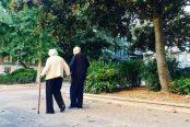 ancianos-pasean-terrenos-residencia_EDIIMA20200312_0832_20-174x116.jpg