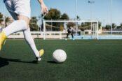 jugador-futbol-golpeando-porteria_23-2147813236-174x116.jpg