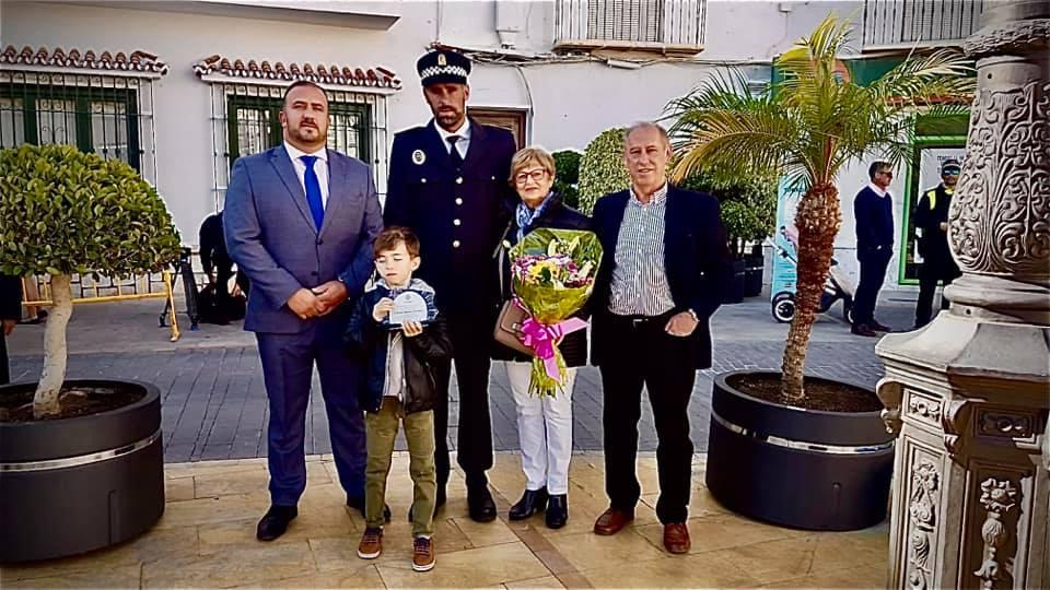 El policía local de Canillas de Aceituno Ricardo Alejandro Ortiz recibe un reconocimiento en Torrrox