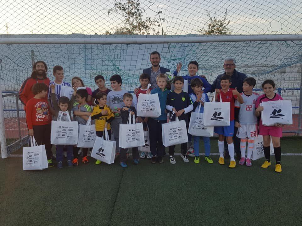 724c4715460d5 El Ayuntamiento de Algarrobo entrega las equipaciones a los equipos de la  Escuela de Futbol-7